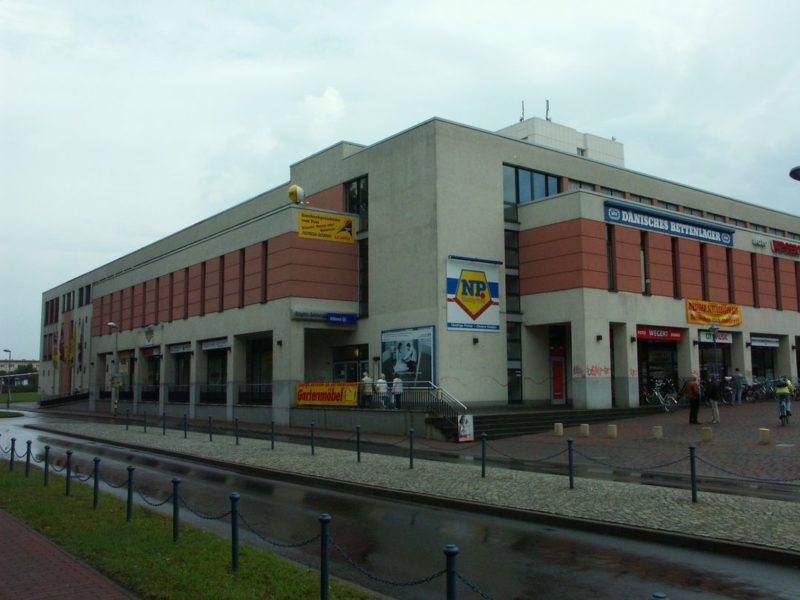 Minolta Dimage A1: A grey and dreary shopping mall